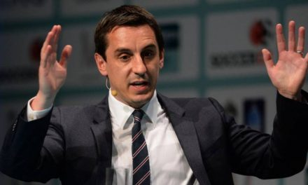 """Futebol Inglês Clubes estão """"aterrorizados"""" diante da ideia de apoiar retomada do futebol, diz Gary Neville"""