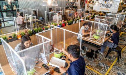 """De """"estufa"""" a parede de plástico: como restaurantes reabrem após covid-19"""
