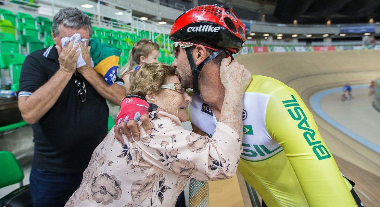 Inspirado pela avó, ciclista retoma sonho paralímpico após quarentena
