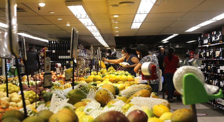 Confiança do consumidor cresce 7,7 pontos em julho, diz FGV