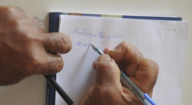 Brasil ainda tem 11 milhões que não sabem ler e escrever