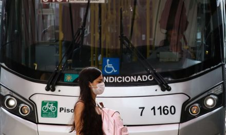 Governo de Goiás distribui máscaras N95 para usuários do transporte coletivo