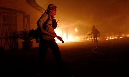 Californianos enfrentam calor e pandemia para fugir de incêndios