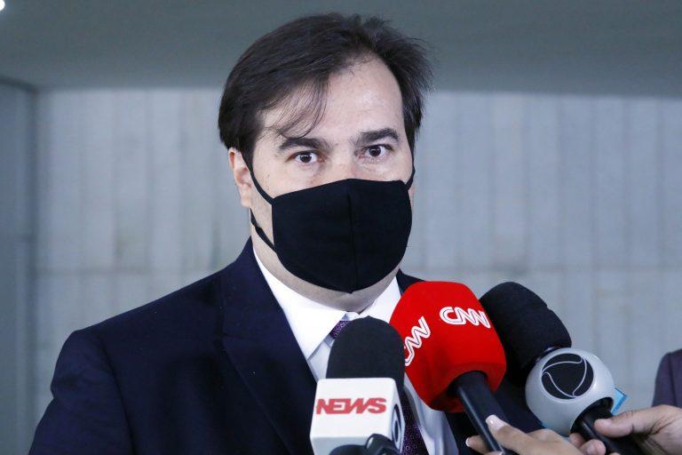 Após ataques a Felipe Neto, Maia quer acelerar projeto sobre fake news