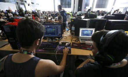Brasil tem, em média, menos de 1 computador para 4 alunos de 15 anos