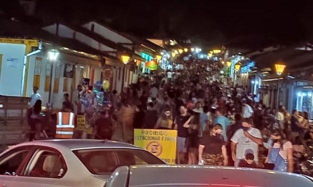 """""""As pessoas acham que a pandemia acabou"""", afirma secretária de Saúde de Pirenópolis após intensas fiscalizações"""
