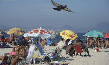 Feriadão e tempo bom lotam praias e movimentam hotéis no Rio