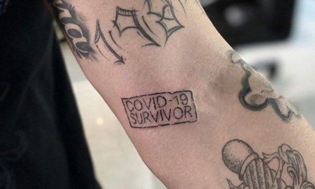 Tatuador do México escreve 'sobrevivente da Covid-19' de graça em pessoas que superaram a doença