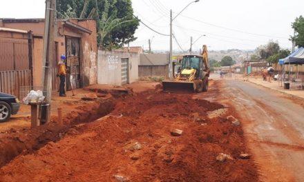 Obras levam esgoto a bairros de Aparecida de Goiânia
