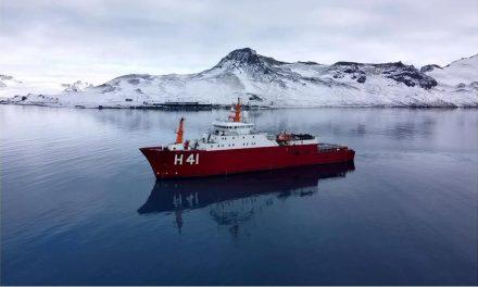 Navio brasileiro parte com destino à Antártica