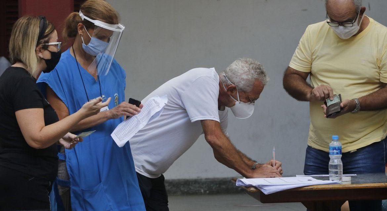 Paes e Crivella vão em busca de 3,3 milhões de eleitores no Rio