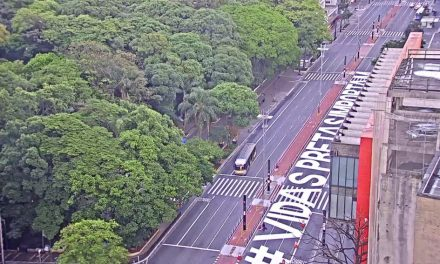 Inscrição 'Vidas Pretas Importam' é pintada na Avenida Paulista