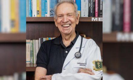 Idoso que sonha em ser médico conclui metade do curso aos 87 anos e posa para sessão de fotos em Goiânia