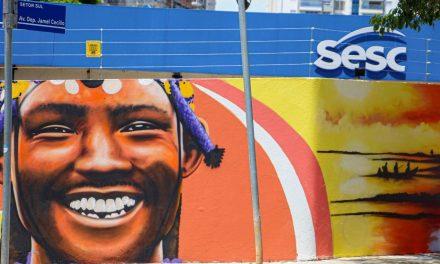 Artista Decy grafita muro do Sesc Goiás de 100 metros largura