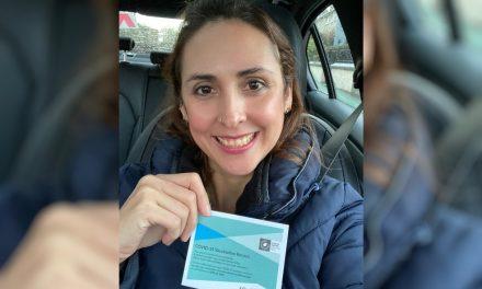 Enfermeira goiana que trabalha em UTI de hospital na Irlanda é vacinada contra a Covid-19