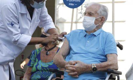No Rio, ato simbólico marca vacinação de idosos que começa nesta segunda