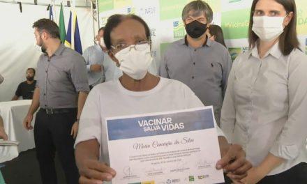 Moradora de abrigo de idosos é a 1ª vacinada contra Covid-19 em Goiás: 'Esperei muito tempo por essa vacina'