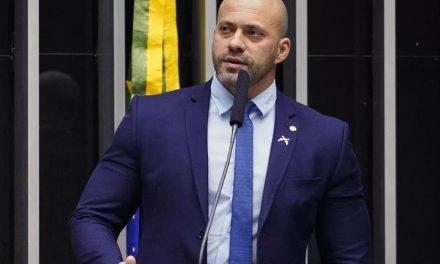 Preso, Daniel Silveira briga com policial por se recusar a usar máscara