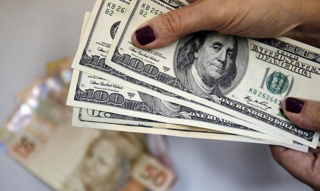 Por que o dólar cai no mundo todo menos no Brasil?