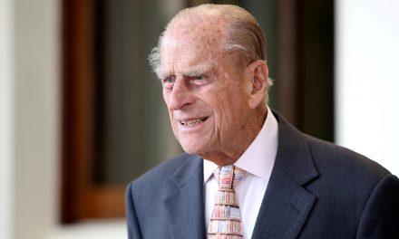 Príncipe William diz que avô 'está bem'; Príncipe Philip foi internado na semana passada