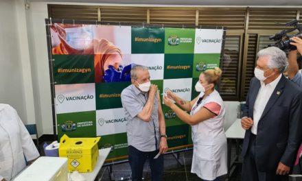 Iris Rezende é vacinado em Goiânia