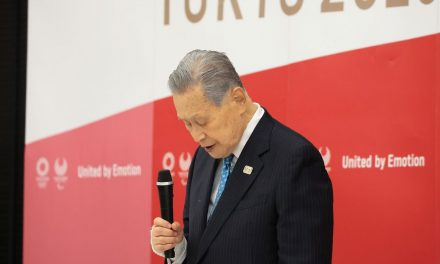 Yoshiro Mori se desculpa de novo e renuncia por comentários sexistas