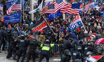 Policiais processam Trump por invasão ao Capitólio