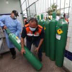 Ambulâncias percorrem 400 km para buscar oxigênio após aumento de casos de Covid-19 em Goiás