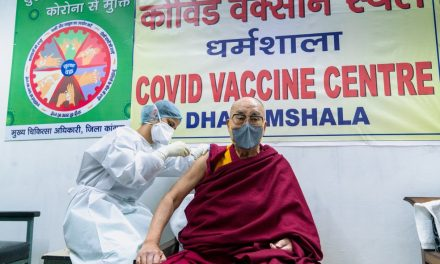 Dalai Lama recebe primeira dose de vacina contra coronavírus