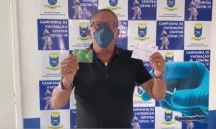 Galvão Bueno é vacinado contra a Covid-19 em Candiota: 'Tô até emocionado'