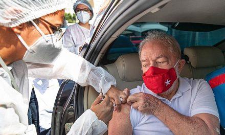 Lula toma 1ª dose de vacina contra o coronavírus