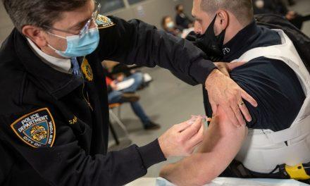 Com 16% da população vacinada, média móvel de casos de Covid-19 nos EUA cai 75%