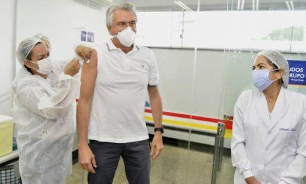 Governador Ronaldo Caiado recebe segunda dose da vacina contra Covid-19