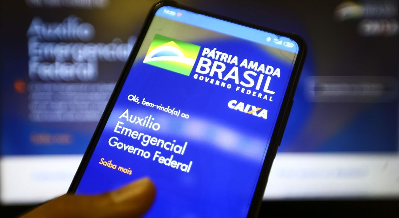 Guedes diz que governo renovará auxílio emergencial 'por dois ou três meses'