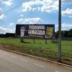 """União dos Estudantes fixa 13 outdoors com a frase """"Bolsonaro Genocida"""" em Goiânia"""