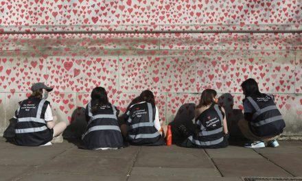 Famílias pintam milhares de corações em homenagem às vítimas da Covid-19 na Inglaterra