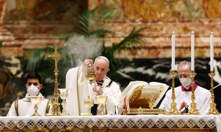 Em vigília de Páscoa, papa diz esperar renascimento pós-pandemia
