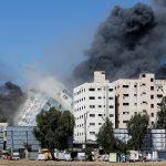 8 crianças palestinas morrem em ataque de Israel a Gaza; prédio de TV colapsa