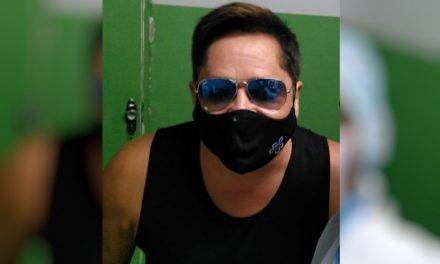 Cantor Leonardo é vacinado contra Covid-19 em Goiânia