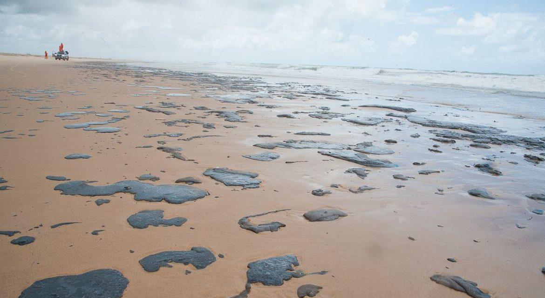 Marinha: três navios são suspeitos por manchas de óleo no NE em 2019