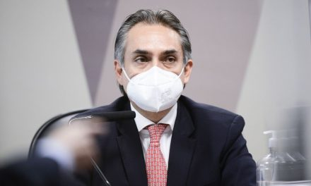 Executivo da Pfizer revela à CPI seis ofertas de vacina e presença de Carlos Bolsonaro em reunião