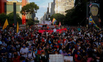 Manifestantes participam de atos contra o governo federal