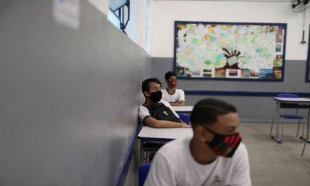 Covid-19: aulas com presença intercalada elevam risco de contágio