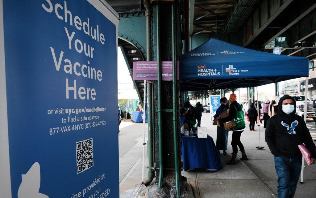Latinos viajam aos Estados Unidos em busca de imunização