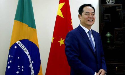 Embaixador da China ironiza postagem do MS omitindo origem de insumos da vacina