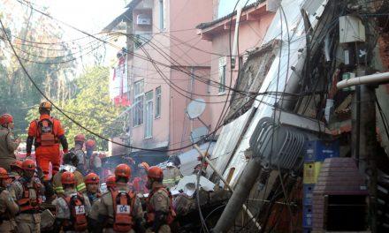 Bombeiros resgatam criança sem vida de escombros do desabamento no Rio