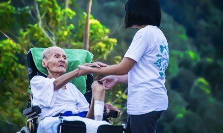 Senac oferece vagas para curso online e gratuito de cuidador de idosos