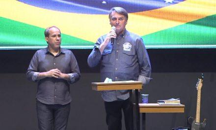Sem máscara, Bolsonaro viaja a Goiás e almoça na fazenda de Amado Batista