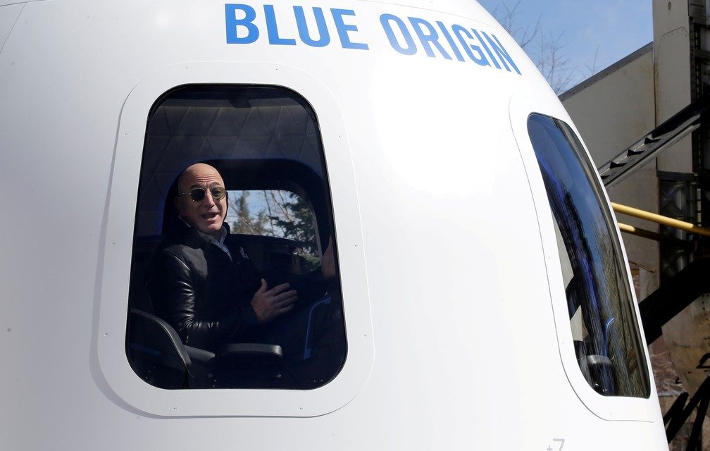 Jeff Bezos anuncia que voará para o espaço com irmão em foguete da sua empresa