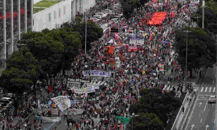 Manifestantes fazem novo ato contra governo federal neste sábado